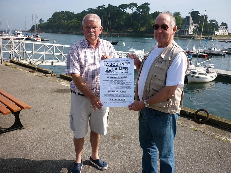 """Michel Saluden, trésorier et Jean-Luc Le Lay, alors président de Plaisance Tréboul - Port Rhu présentaient l'édition de """"La journée de la mer"""", en juillet 2013."""